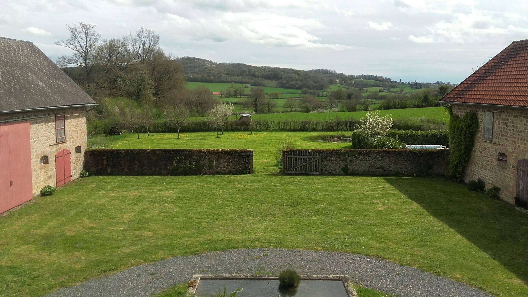 Boerderij met 3 hectare grond stallen en zwembad wonen for Boerderij met stallen te koop
